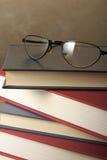 Vidrios en los libros Foto de archivo libre de regalías
