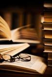 Vidrios en los libros abiertos Fotos de archivo libres de regalías