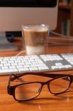 Vidrios en un escritorio de oficina Fotos de archivo libres de regalías