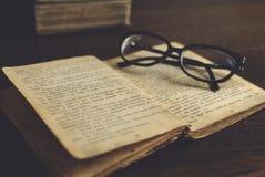 Vidrios en un libro Imágenes de archivo libres de regalías