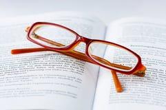Vidrios en un libro Foto de archivo libre de regalías