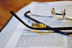 Vidrios en una biblia Imagen de archivo libre de regalías