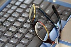 Vidrios en una computadora portátil foto de archivo