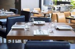 Vidrios en una tabla del restaurante del hotel Fotografía de archivo