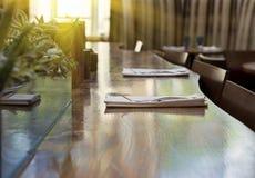 Vidrios en una tabla del restaurante del hotel Foto de archivo libre de regalías