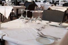 Vidrios en una tabla en un restaurante Fotografía de archivo