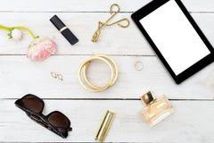 Vidrios femeninos de moda de los accesorios, lápiz labial, perfume plano Fotos de archivo libres de regalías