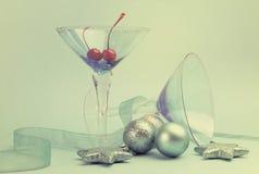 Vidrios festivos del cocktai de martini del azul de alcohol Imágenes de archivo libres de regalías