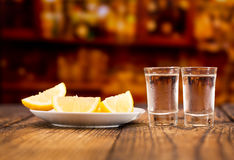 Vidrios fríos de vodka con las rebanadas de limón fotografía de archivo libre de regalías