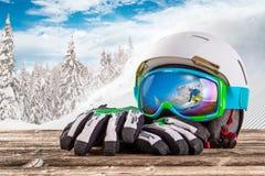 Vidrios, guantes y casco coloridos del esquí Fotos de archivo