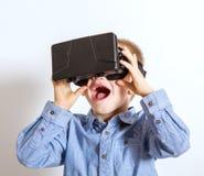 Vidrios jovenes de Digitaces de la realidad virtual del desgaste del muchacho Imagenes de archivo