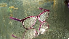 Vidrios mojados en la tierra mojada fotografía de archivo