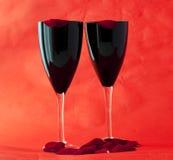 Vidrios negros con los pétalos Imagen de archivo libre de regalías