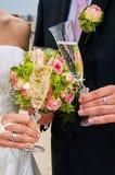 vidrios novia y novio del tintineo imagen de archivo libre de regalías