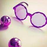 Vidrios púrpuras de los años 60 con los mini pendientes de la bola de discoteca Foto de archivo libre de regalías