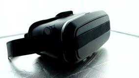 Vidrios para la realidad virtual sin un logotipo en un fondo blanco almacen de metraje de vídeo