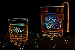 Vidrios para las bebidas con las flores foto de archivo libre de regalías