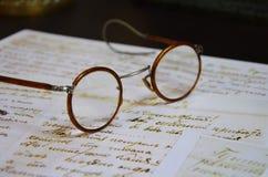 Vidrios pasados de moda en el escritorio Imagen de archivo libre de regalías