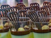 vidrios por completo de la torta poner crema para el postre después de una comida en el resta Imagenes de archivo