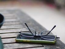 Vidrios prácticos móviles viejos de la pantalla táctil y de lectura del teléfono Imágenes de archivo libres de regalías