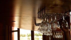 Vidrios que cuelgan sobre la barra en el restaurante almacen de video