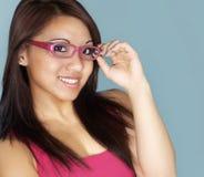Vidrios que desgastan atractivos de la mujer joven Foto de archivo