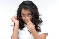 Vidrios que desgastan de la muchacha hermosa Imagenes de archivo