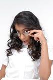 Vidrios que desgastan de la muchacha hermosa Imagen de archivo libre de regalías