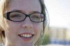 Vidrios que desgastan de la muchacha linda imagenes de archivo