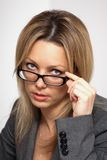 Vidrios que desgastan de la mujer de negocios Foto de archivo libre de regalías