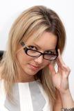 Vidrios que desgastan de la mujer de negocios imagenes de archivo