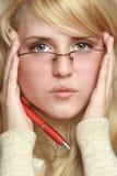 Vidrios que desgastan de la mujer joven Imagenes de archivo