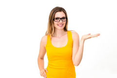 Vidrios que desgastan de la mujer que muestran el espacio de la copia Imagen de archivo libre de regalías