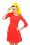 Vidrios que desgastan de la mujer y peluca amarilla Foto de archivo