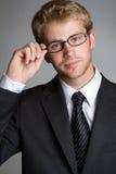 Vidrios que desgastan del hombre de negocios Foto de archivo libre de regalías