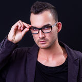 Vidrios que desgastan del hombre joven Fotografía de archivo libre de regalías