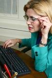 Vidrios que desgastan hermosos de la mujer de negocios Fotografía de archivo