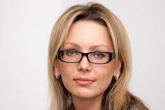 Vidrios que desgastan rubios de la mujer joven Imágenes de archivo libres de regalías