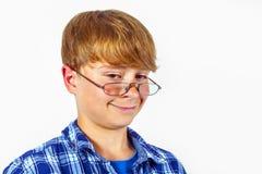 Vidrios que desgastan sonrientes del muchacho Foto de archivo libre de regalías