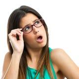 Vidrios que llevan de la muchacha adolescente que miran la esquina. Imagenes de archivo