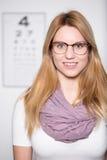Vidrios que llevan de la muchacha rubia Fotografía de archivo