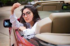 Vidrios que llevan de la mujer asiática joven hermosa Fotografía de archivo