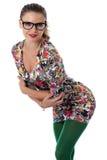 Vidrios que llevan de la mujer joven que doblan adelante en Mini Dress Imagen de archivo