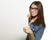 Vidrios que llevan de la mujer magnífica que señalan en un tablero mientras que suplente Imagen de archivo libre de regalías