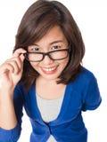Vidrios que llevan de la mujer que miran para arriba sonrisa feliz Imágenes de archivo libres de regalías