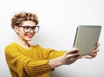 Vidrios que llevan del adolescente feliz con el ordenador de la PC de la tableta Fotografía de archivo libre de regalías