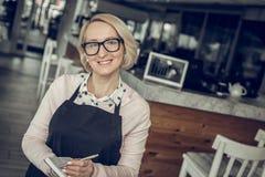 Vidrios que llevan del empresario acertado que se colocan en su café foto de archivo