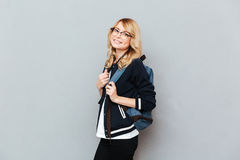 Vidrios que llevan del estudiante de la señora bastante joven con la mochila Fotos de archivo libres de regalías