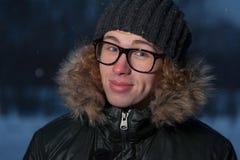 Vidrios que llevan del hombre en fondo del invierno Fotos de archivo