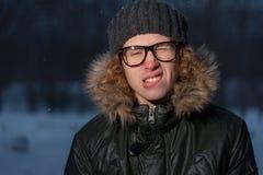 Vidrios que llevan del hombre en parque del invierno Fotos de archivo libres de regalías